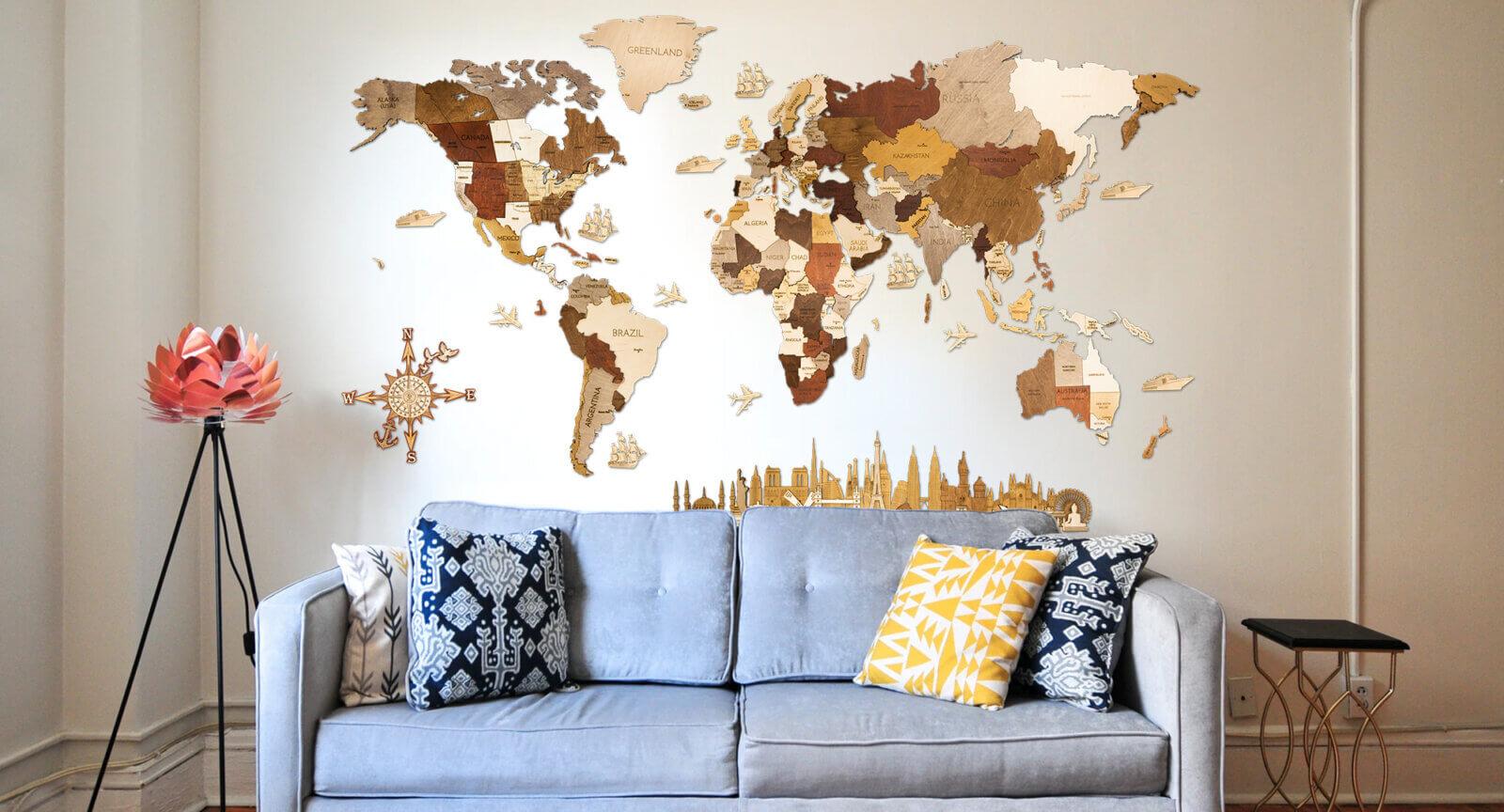 Wooden World Map - Interiér s pohovkou